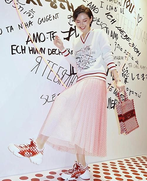 Không hổ danh với nick name cô em trendy, Khánh Linh luôn là người cập nhật nhanh nhạy các xu hướng túi xách mới nhất.