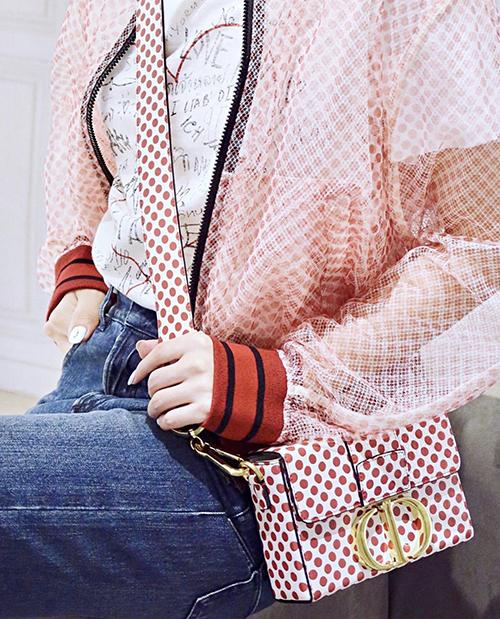 Ở mùa thời trang mới, hoạ tiết chấm bi với tông trắng - đỏ nổi bật được nhà mốt Dior nhiệt tình lăng xê.