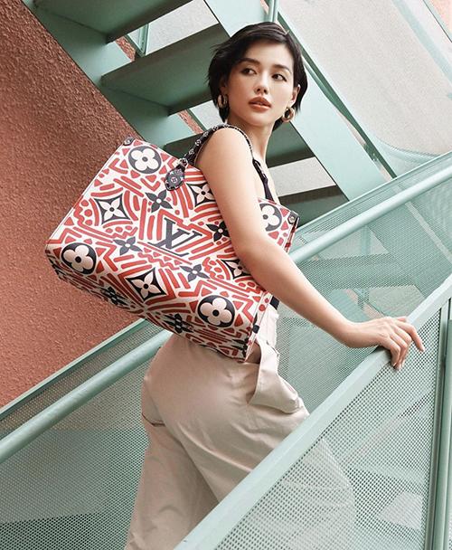 Những mẫu túi in logo đặc trưng của Louis Vuitton cũng được Khánh Linh chọn lựa để giúp phong cách street style của cô thêm cuốn hút.