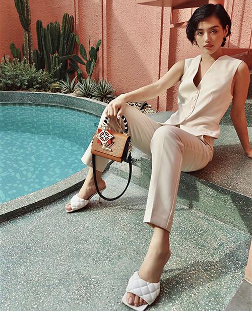 Khi sử dụng mẫu túi đeo chéo, phom dáng xinh xắn của Louis Vuitton, Khánh Linh lại chọn suit tông trắng để làm nổi bật món phụ kiện đắt tiền.
