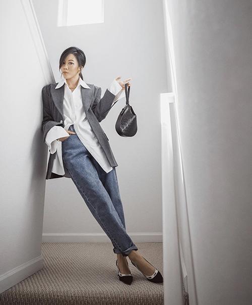 Sơ mi trắng phom rộng, có thể sử dụng quần jeans vintage và các mẫu blazer cổ điển mang lại hình ảnh chỉn chu, thanh lịch.