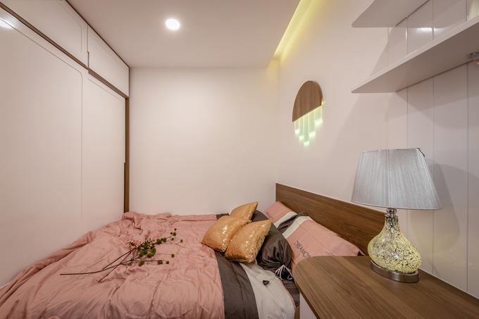 Phòng ngủ tích hợp giường, tủ quần áo thông minh, giúp tiết kiệm diện tích, tạo sự hiện đại cho căn phòng.