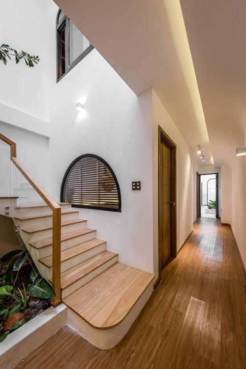 Hai phòng ngủ liền kề cạnh cầu thang.