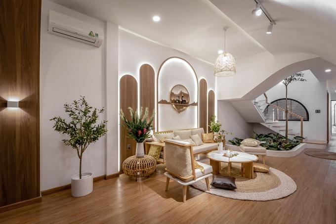 Trần phòng khách được gắn hệ đèn spotlight giúp tạo sự hiện đại. Trong gian phòng trồng nhiều cây xanh, cung cấp độ ẩm cho nhà, giúp không gian sống đáp ứng tiêu chí đông ấm, hạ mát, tạo cảm giác thoải mái, dễ chịu cho các thành viên khi bước vào căn nhà. Chú Bảy - gia chủ cho biết chú thích nhất phòng khách, phòng thờ của nhà sau cải tạo. Phòng khách ấm cúng, có vườn cây tại nơi thông tầng.
