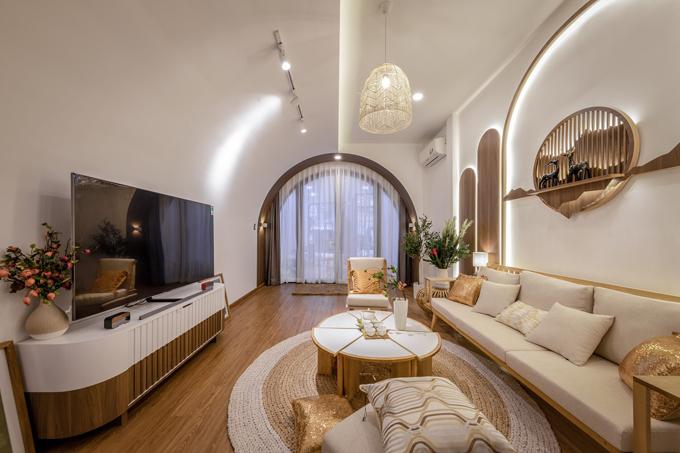 Diện mạo phòng khách thay đổi hoàn toàn sau tân trang. Tầng 1 của căn nhà gồm có: shop giày dép, phòng khách, hai phòng ngủ, bếp và khu vực ăn, một phòng vệ sinh.