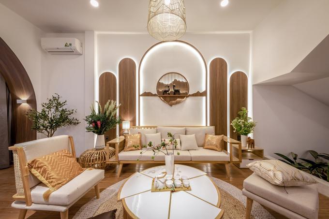 Nhóm kiến trúc sư (KTS) tư vấn gia chủ về thiết kế thông minh, gọn gàng và hiện đại. Toàn bộ nội thất thay mới đủ tiện nghi giúp nhà thoáng, rộng. Gam trắng - nâu gỗ cùng chất liệu kính giúp các gian phòng đều đón được nắng, thoáng gió.