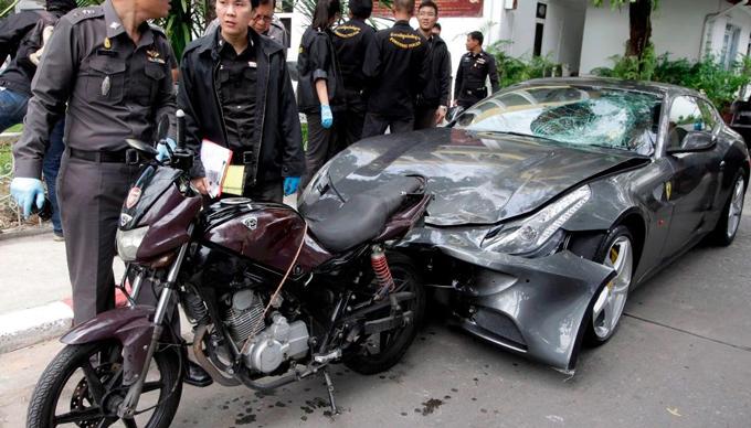 Chiếc siêu xe Ferrari của thái tử Red Bull bị biến dạng sau vụ tai nạn được giữ tại sở cảnh sát Bangkok. Ảnh: CNN.