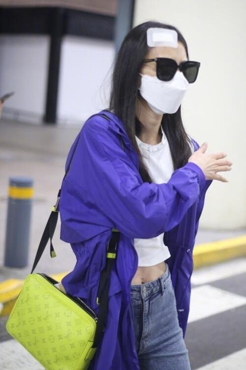 Huỳnh Thánh Y tại sân bay Thượng Hải tối 11/8.