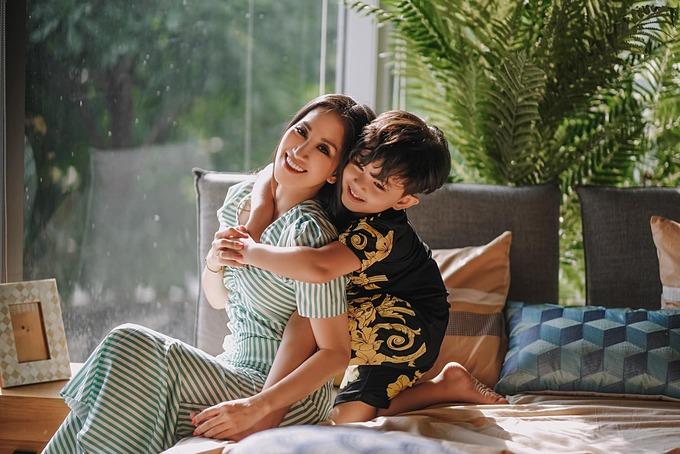 Khoảnh khắc bình yên của Khánh Thi bên con trai.
