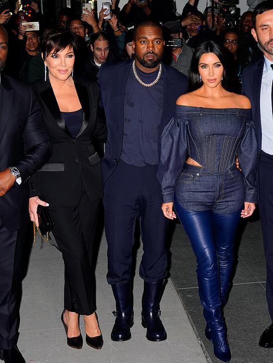 Kanye West bên vợ và mẹ vợ tại một sự kiện thời trang. Ảnh: GC.