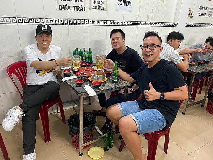 Ca sĩ Lam Trường cùng Quang Dũng và một người bạn đi ăn tại ốc, uống bia tại một quán bình dân.