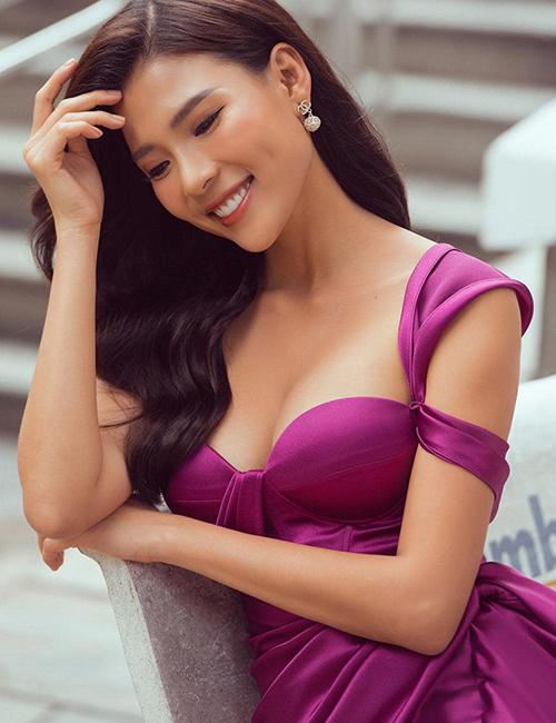 Với dòng trang phục dạ tiệc, Thuý Diễm và các người đẹp Việt yêu thích tông tím đậm đi cùng các dáng váy khai thác nét quyến rũ, gợi cảm.