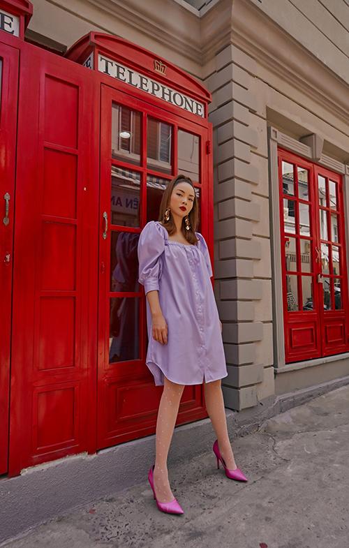 Tông tím nhạt, dễ phối đồ ứng dụng được Yến Trang đưa vào các mẫu áo blouse, váy suông, đầm cài nút tăng phần nữ tính cho phái đẹp.