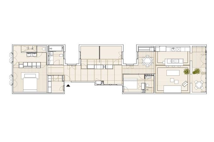 Nhóm KTS đã chọn giải pháp thứ ba, giữ lại một vài cái cũ từ căn hộ ban đầu, sàn nhà với gạch nolla mosaic, khung trần nhà. Tường ngăn được dỡ bỏ bớt để giải phóng các không gian bị chia tách.