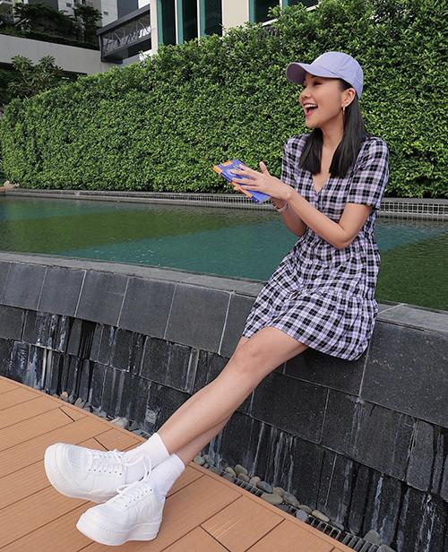 Váy ca rô kiểu dáng đơn giản của Thanh Hằng không chỉ giúp người mặc hack dáng mà còn khiến họ trẻ trung hơn tuổi. Mix cùng thiết kế đầm liền thân này, phái đẹp có thể sử dụng các mẫu giày thể thao tông trắng, đen hoặc tím lilac để mix màu ăn ý.