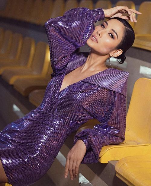 Hoàng Thuỳ chơi trội khi hoà cùng trào lưu diện tông tím với mẫu váy thiết kế trên chất liệu vải sequins bắt sáng cao.