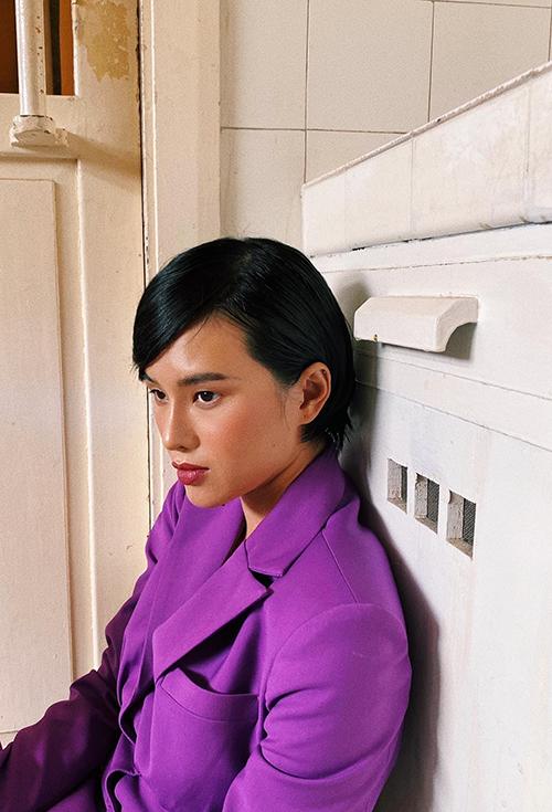 Hà Kino nổi bật với suit tông tím đậm theo phong cách menwswear gắn liền với cách xây dựng hình ảnh của cô.