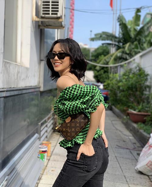 Áo trễ vai đi kèm chi tiết bèo nhún, chun eo của Diệu Nhi dễ ứng dụng và có thể mix-match cùng nhiều trang phục đi kèm như quần jeans, chân váy, quần short...
