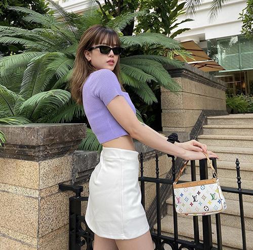 Diện áo thun ôm tông tím nhạt cùng các mẫu chân váy, quần skinny trắng là công thức phối đồ được Thiều Bảo Trâm và nhiều sao Việt yêu thích ở mùa hè 2020.