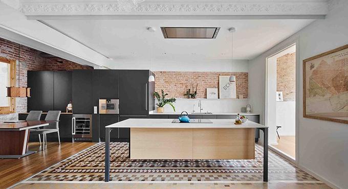 Căn hộ ở Barcelona, Tây Ban Nha có tổng diện tích 160 m2, được cải tạo năm 2018 bởi nhóm kiến trúc sư (KTS) của TwoBo arquitectura. Căn hộ có tuổi đời 120 năm, là thách thức lớn với nhóm khi tân trang vì sức nặng của tính thời đại, kiến trúc cổ bao trùm.