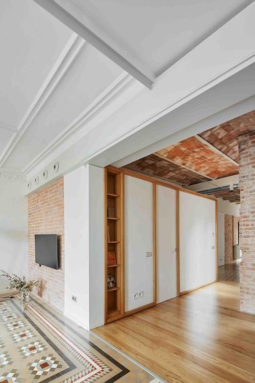 Mặt sàn gỗ hoàn toàn mới, bám theo tông màu chủ đạo nâu ấm, giúp căn hộ có concept thiết kế nhất quán.