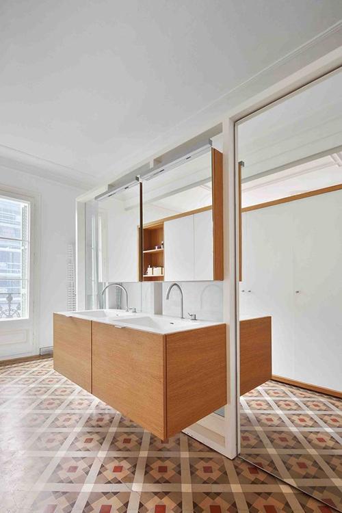 Khu vực phòng vệ sinh tối giản, lắp nhiều gương để tạo hiệu ứng nhân đôi giúp phòng trở nên thoáng rộng.