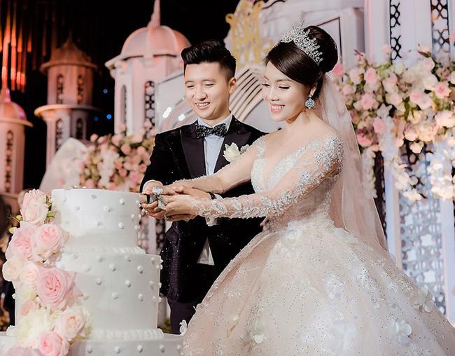 Trọng Hưng và Hạ My trong đám cưới.