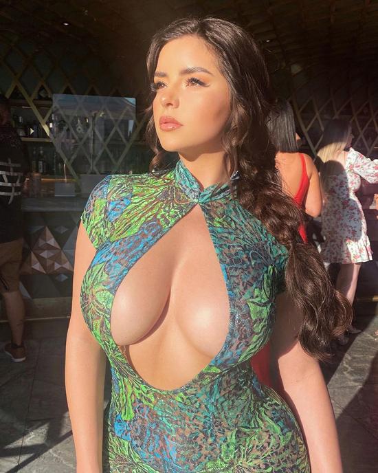 Bản sao Kylie Jenner diện váy khoe ngực khủng - 4