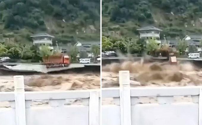 Chiếc xe ben bị kéo xuống dòng nước lũ ở thành phố Nhã An, tỉnh Tứ Xuyên, Trung Quốc hôm 12/8. Ảnh: Weibo.