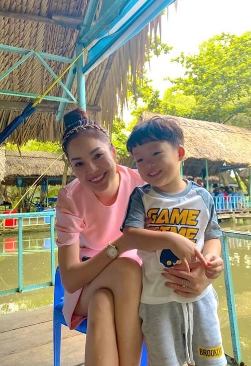 Dương Cẩm Lynh bù đắp cho con trai bằng những chuyến đi chơi trong những ngày nghỉ rảnh rỗi.