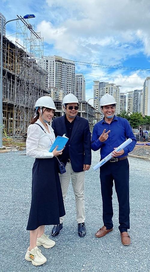 Dương Cẩm Lynh quay tại ngoại cảnh công trường xây dựng giữa ngày nắng nóng cùng tía Thanh Nam và ông xã Cao Minh Đạt.