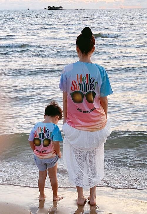 Một khoảnh khắc đẹp trước biển của hai mẹ con Dương Cẩm Lynh.