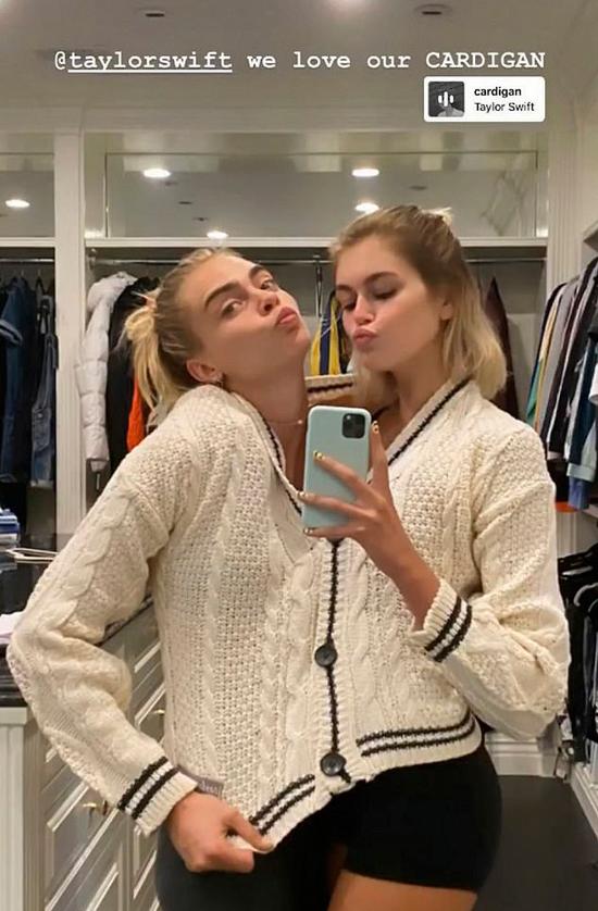 Hai nàng mẫu chui vào cùng chiếc áo len để chụp ảnh.