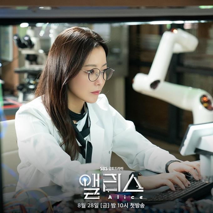 Kim Hee Sun trong tạo hình nhà vật lý học.