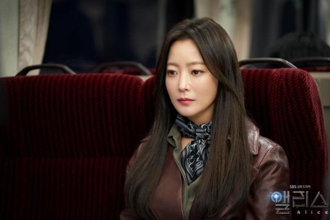 Kim Hee Sun dưỡng nhan khéo léo ở tuổi 43.