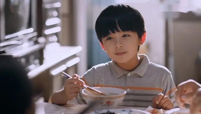 Từ Uy La mang nét ấm áp và ưu tư phù hợp với vai diễn Lăng Tiêu, bộc lộ khí chất của một tiểu soái ca.