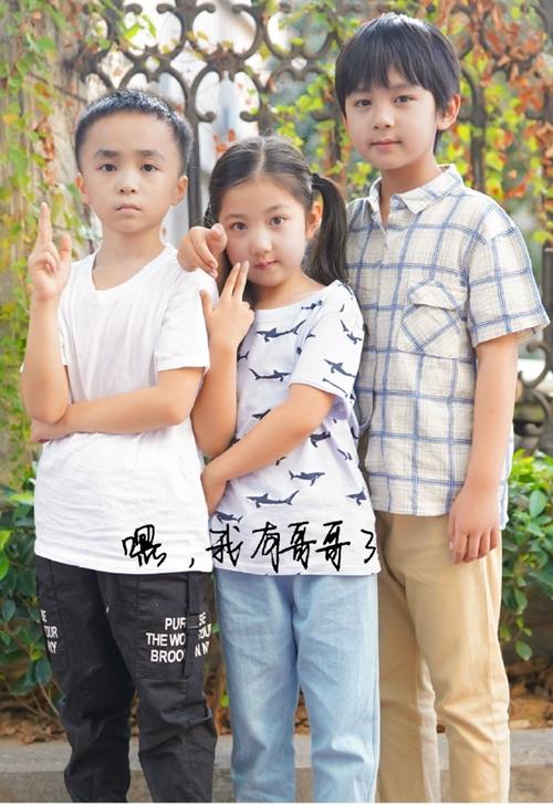 Tiêu Lý Trăn Chấn (bìa trái) đóng vai Tử Thu lúc nhỏ, Tùng Thượng (giữa) đóng vai Tiêm Tiêm lúc nhỏ và Từ Uy La đóng vai Lăng Tiêu lúc nhỏ. Ba diễn viên nhí nổi lên trên truyền hình Trung Quốc trong vài năm trở lại đây, góp mặt trong khá nhiều phim, tham gia khá nhiều show và đóng khá nhiều quảng cáo. Trong Lấy danh nghĩa người nhà, ba em diễn chân thực, tự nhiên và dễ làm người xem cảm động.