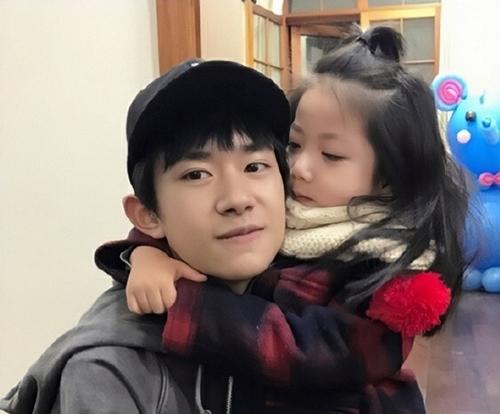Bé Hành Lá thân thiết với ca sĩ - diễn viên Dịch Dương Thiên Tỷ ở hậu trường show Let Go of My Baby.