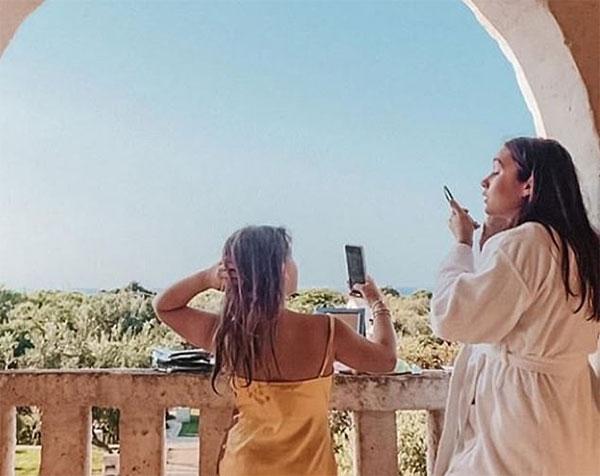 Vic đăng ảnh con gái Harper và cháu họ Liberty tại Hy Lạp. Ảnh: Instagram.
