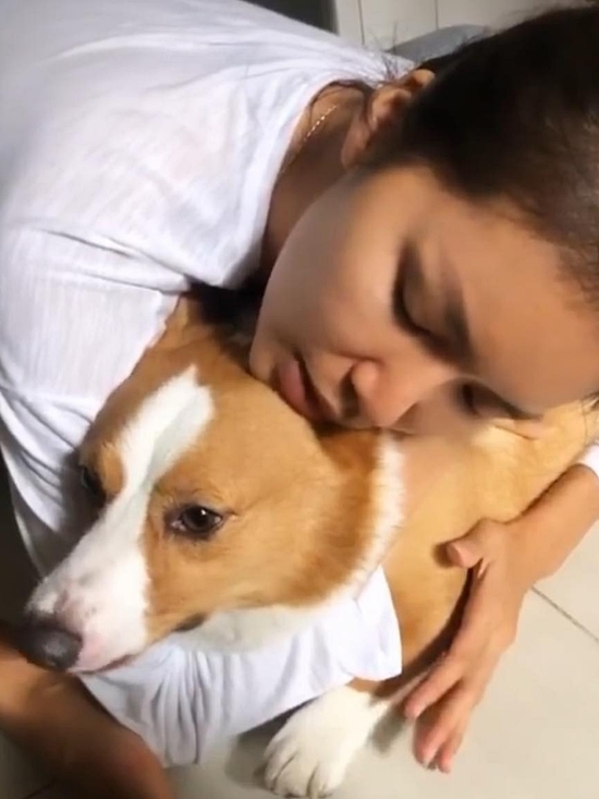 Minh Tú ôm cún cưng sau hơn 5 tháng xa cách.