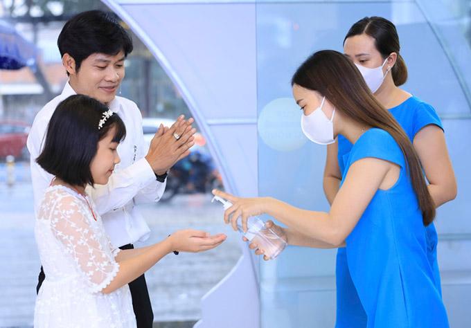 Bố con Nguyễn Văn Chung thực hiện quy định rửa tay sát khuẩn, phòng dịch khi tới sự kiện.