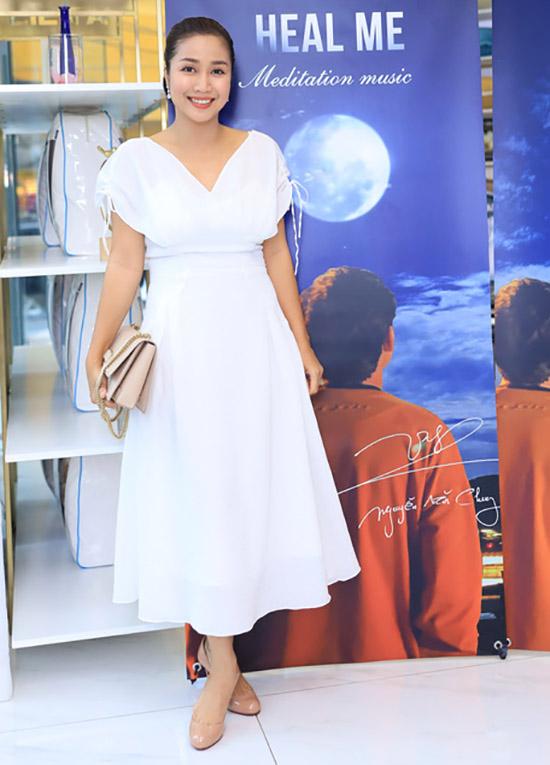 MC Ốc Thanh Vân diện váy trắng xinh xắn đến giúp Nguyễn Văn Chung cầm trịch buổi công bố sản phẩm mới.