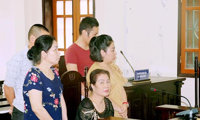 5 bị cáo tại tòa. Ảnh: Dương Vinh