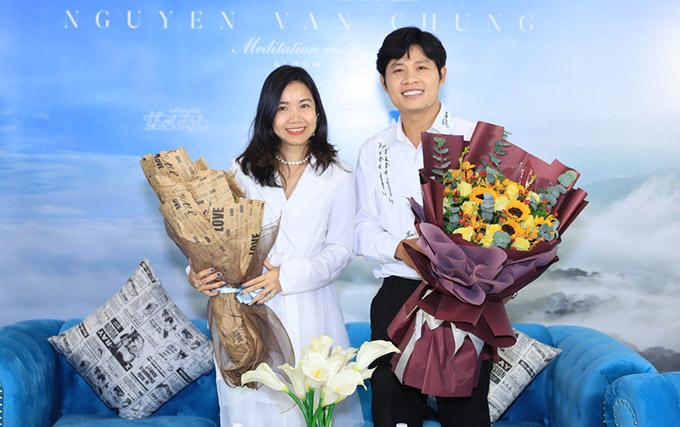 Nhạc sĩ chụp ảnh cùng đại diện đơn vị hỗ trợ anh làm album mới. Thời buổi dịch bệnh khó khăn, Nguyễn Văn Chung trân trọng mọi sự giúp đỡ về vật chất và tinh thần dành cho anh.