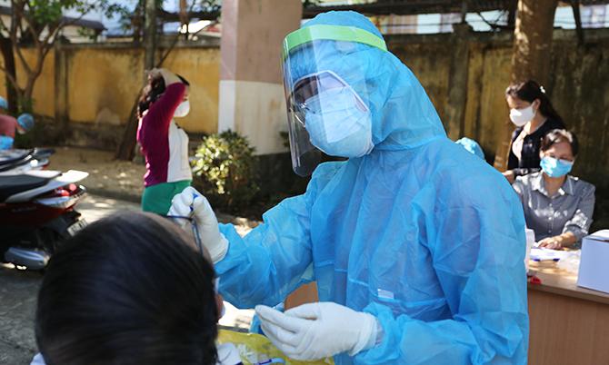 Nhân viên y tế Quảng Nam lấy mẫu xét nghiệm. Ảnh: Sơn Thủy.