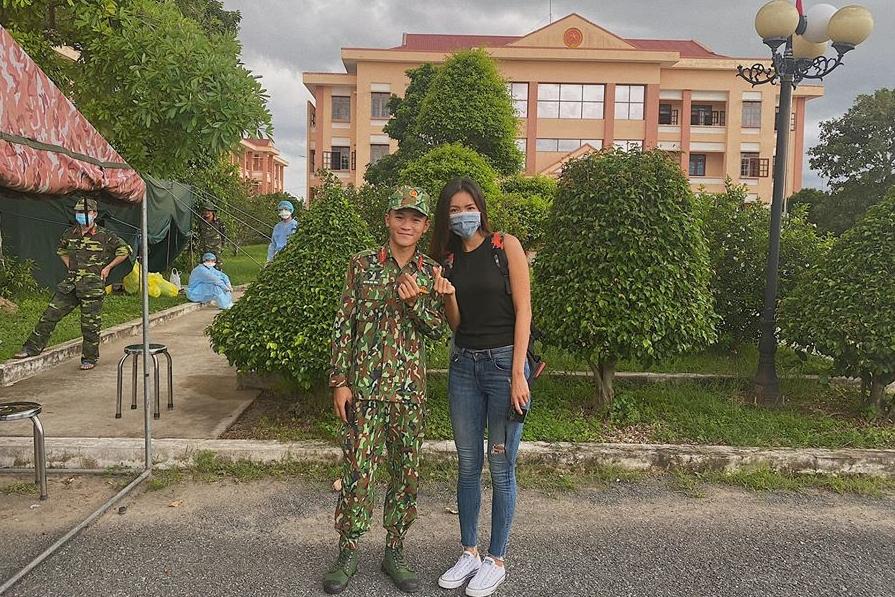 Minh Tú tạm biệt các y bác sĩ, chiến sĩ tại Trà Vinh.