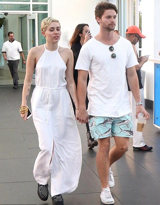 Một thời gian sau, Miley công khai bạn trai mới là Patrick Schwarzenegger - con trai của ngôi sao Kẻ hủy diệt Arnold Schwarzenegger. Hai người luôn quấn quýt trong các sự kiện và Miley còn đến thăm gia đình người yêu. Tuy nhiên đến tháng 3/2015, Patrick bị lộ ảnh ôm một cô gái bí ẩn và sự việc này khiến mối tình của anh với Miley tan vỡ.
