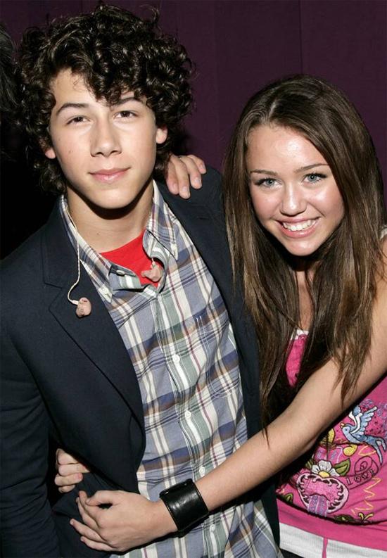 Nick Jonas là anh chàng đầu tiên Miley công khai hẹn hò. Họ gặp nhau tháng 6/2013 khi cả hai mới 13 tuổi. Nick cùng nhóm nhạc Jonas Brothers biểu diễn trong concert mở màn tour Best of Both Worlds của Miley. Đôi trẻ yêu nhau hơn một năm cho đến khi chia tay vào tháng 12/2007. Miley từng trải lòng về nỗi buồn khi tình yêu tuổi teen tan vỡ trong cuốn hồi ký Miles to Go: Cảm giác như thể cuộc đời tôi kết thúc còn mọi người vẫn đang sống.Sau nhiều năm, Nick và Miley hiện vẫn giữ mối quan hệ bạn bè.
