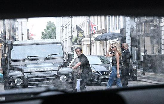 Nữ diễn viên tóc vàng kiêu kỳ bước sau chồng sắp cưới. Cả hai không đeo khẩu trang khi xuống phố.