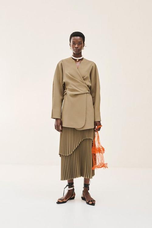 Trong các bộ sưu tập dành cho mùa mốt mới, nhiều thương hiệu còn áp dụng kỹ thuật draping để tăng sức hút cho trang phục xếp ly.